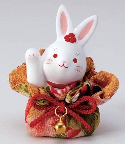 الأوكيمونو الياباني:  أرنب يرفع يديه ملفوف بأقمشة يابانية مزخرفة
